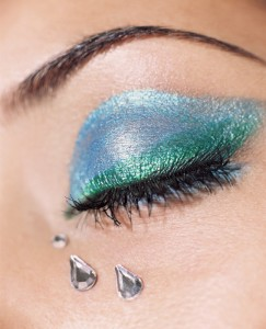 голубой макияж глаз, яркий макияж, изумрудный макияж глаз