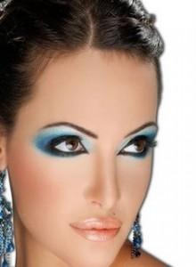 голубой макияж, голубые тени, макияж для карих глаз